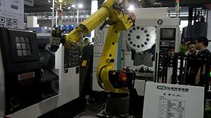 发那科机器人现场演示为3台机床上下料