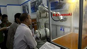 翠峰川崎机器人现场喷涂演示