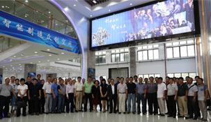 """由深圳市机械行业协会组织以 """"机器人及智能装备创新应用示范中心""""为平台,为创新企业的成长和个人创意的实现,提供不同行业、不同类别、不同主体的模型设计、产品制造、资金众筹、市场推广等综合服务"""